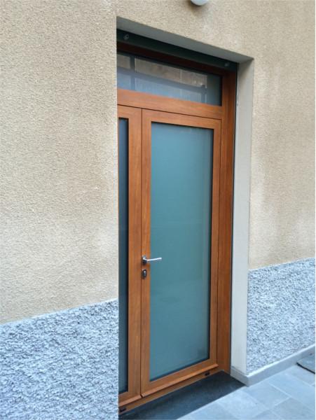 Porta in alluminio tinta legno e vetro satinato