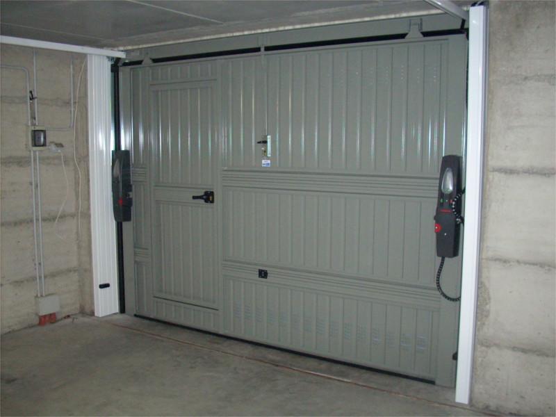 Porta basculante non debordante con guide a soffitto