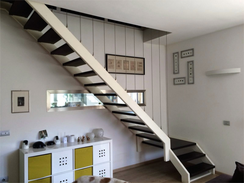 scala in ferro con gradini in legno e corde inox design