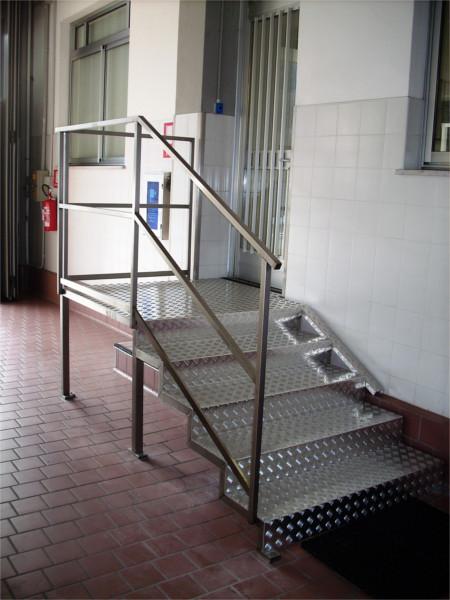 scala con struttura in inox e gradini in alluminio mandorlato